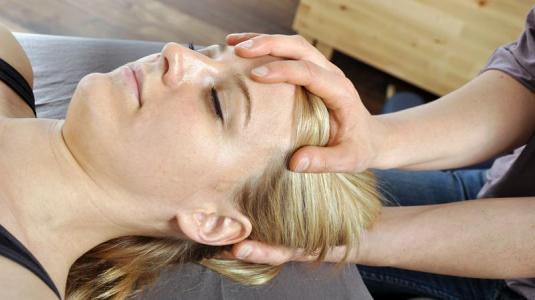 chronische schmerzen, frau, hand auflegen