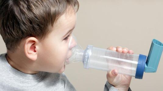 wenn die oma regelmäßig zur zigarette gegriffen hat, kann das bei ihren enkeln asthma auslösen.