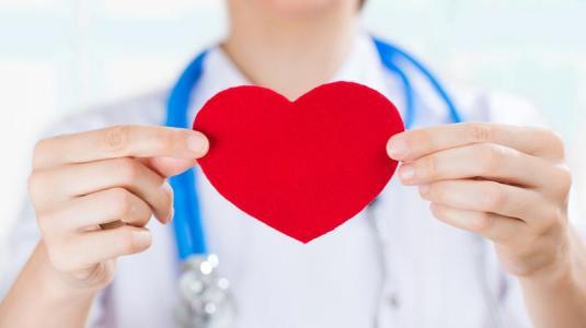 Herzinfarkt kündigt sich bei frauen anders an als bei männern