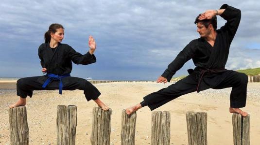 zwei kampfsportler am strand