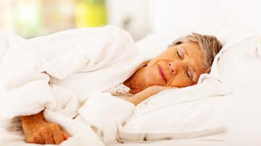 seniorin schläft