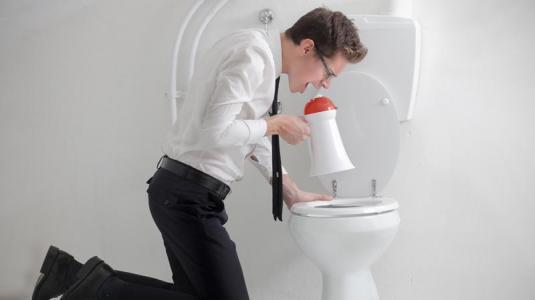 koprolalie, mann, megaphon, toilette
