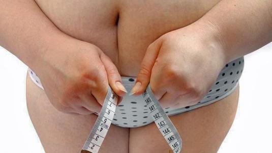fettleibige frau: jüngere generationen sind früher dick