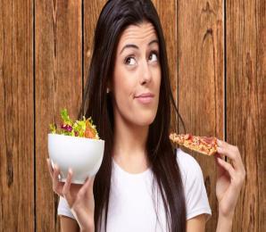 Frau; Essen; Fast Food; Pizza, Salat