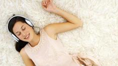 Stress enspannte frau die musik hört