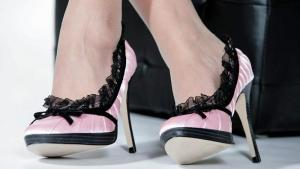 Frauenbeine mit hohen Schuhen