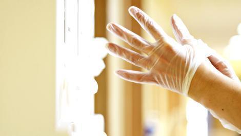 wundversorgung, maden, larven, hände, handschuhe, krankenhaus