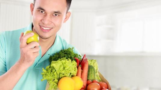 mann isst gemüse