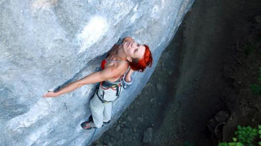 frau beim klettern
