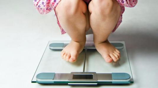 mehr schlaf hilft dicken kindern
