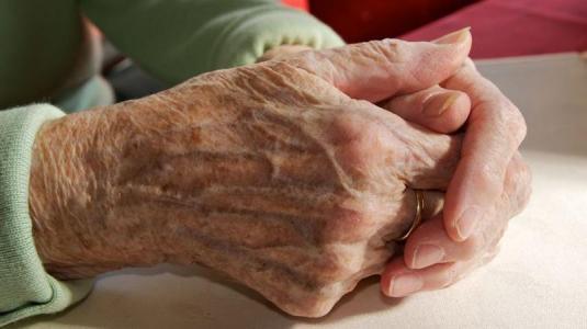 einsamkeit im alter: hände einer seniorin