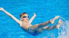 Schwimmen ist gut für junge Asthma-Patienten.