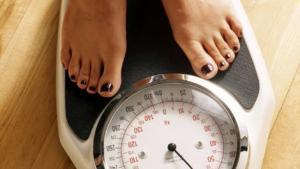 Gesund abnehmen: Frau auf einer Waage