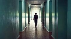Frau im Korridor einer Klinik