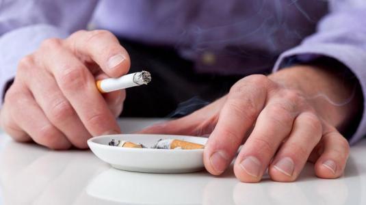 mann mit zigaretten in der hand