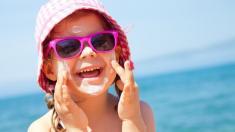 Besonders junge Haut sollte vor UV-Strahlung geschützt werden.
