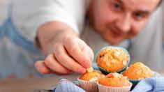 Mann nascht Muffins