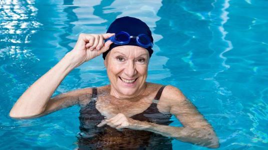 frau, schwimmen, senioren