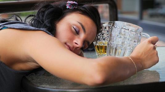 Wie zu werfen, den Wodka die Volksmittel zu trinken