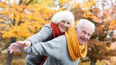 Senioren genießen die Herbstsonne