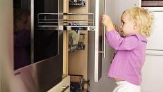 Kleines kind öffnet küchenschublade erste hilfe küchenunfall