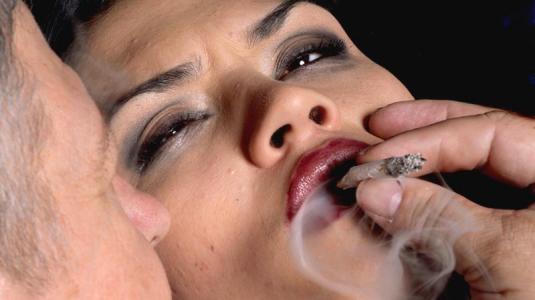 paar raucht einen joint