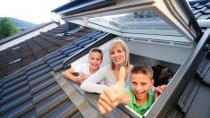 Familie bei offenem Dachfenster