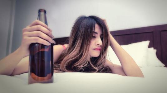 Alkohol, Nikotin, Tabletten: So erkennen Sie Sucht
