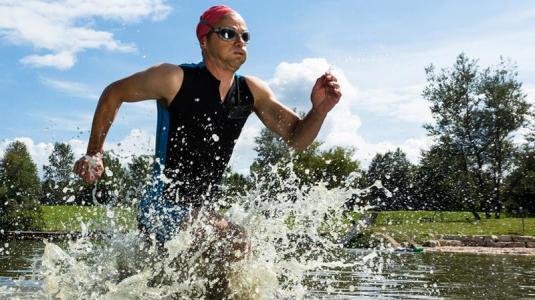 triathlet nach dem schwimmen