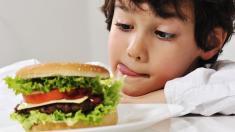 Kleiner Junge mit Burger