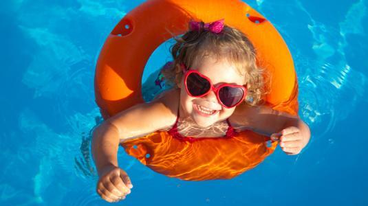 Hitzetipps; Kind; Pool; Abkühlung; Wasser; Schwimmreifen