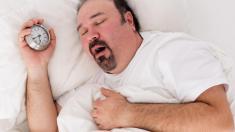 dicker Mann schläft