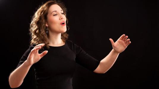 chorleiterin, die singt